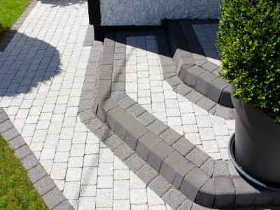 new driveway with block paved step and kerbs 1