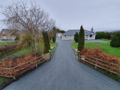 Silver chip and tar driveway near Bantry